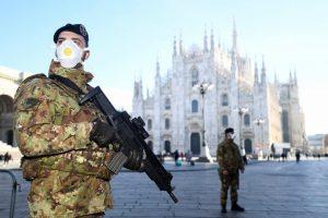 Militares con mascarillas en Roma